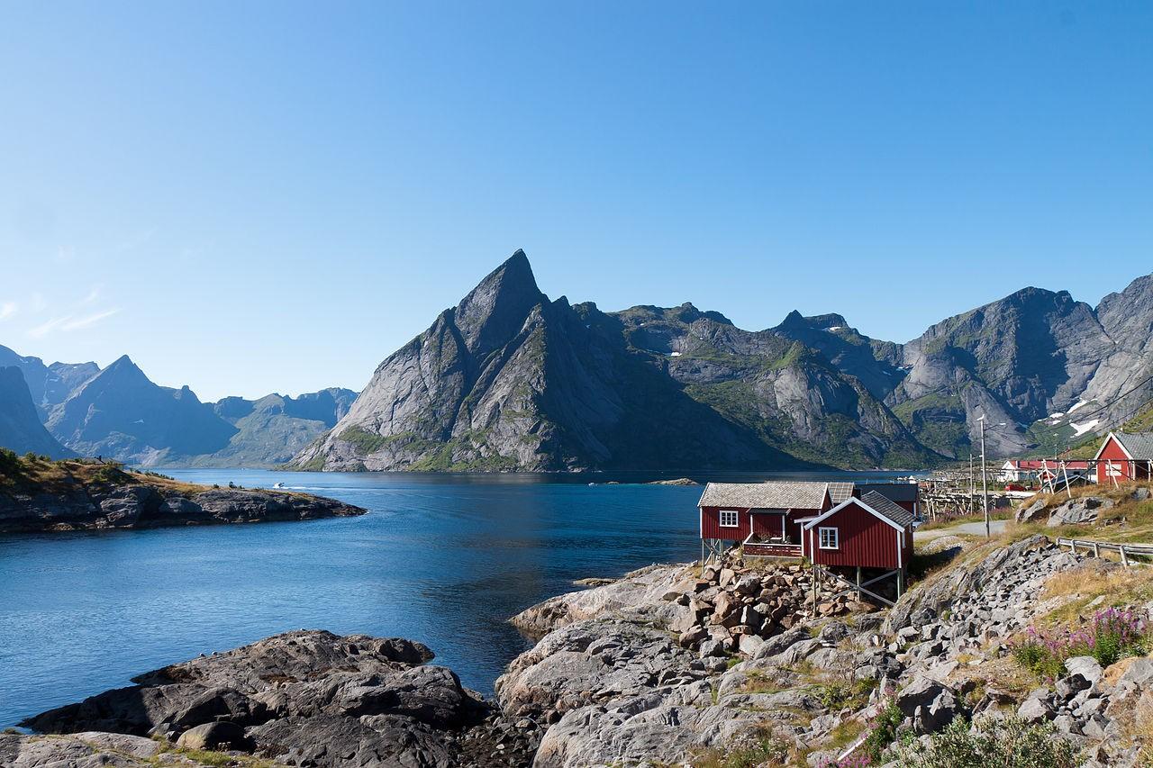 1280px-Hamnøya,_Olstinden_and_Reinefjorden